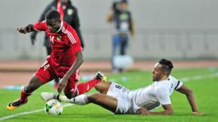 Le Congolais Cesair Gandze perd l'équilibre après un tacle du Libyen Sand Masaud, en quart de finale du CHAN 2018.