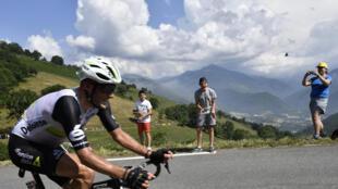 Steve Cummings hacia la victoria en los Pirineos, en la séptima etapa del Tour de Francia 2016.