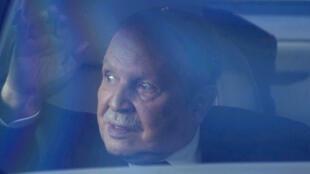 Le président algérien Abdelaziz Bouteflika, dans une voiture, lorsqu'il s'est rendu au Conseil constitutionnel pour déposer officiellement sa candidature à la présidentielle, le 3 mars 2014 à Alger.