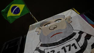 Manifestação anti-Lula no Rio de Janeiro defende o encarceramento do ex-presidente.