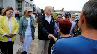 Donald Trump à Porto Rico (sur la photo) a promis l'effacement complet de la dette de cet Etat déclaré en faillite depuis le printemps.