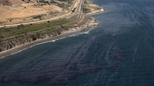 Une marée noire est visible à la surface de l'océan Pacifique près de Refugio State Beach le 21 mai 2015 à Goleta, Californie.