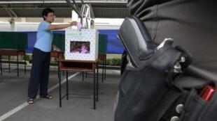 Colegio electoral en Bankok bajo vigilancia policial en unos pasados comicios.