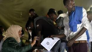 Un électeur votant lors d'un référundum en 2019 en Éthiopie (image d'illustration).