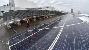 ផ្ទះស្រូូបពន្លឺព្រះអាទិត្យ (photovoltaic panels) ដែលគេដាក់បញ្ឈរក្បែរ អតីតរោងចក្រនុយក្លេអ៊ែរ Chernobyl