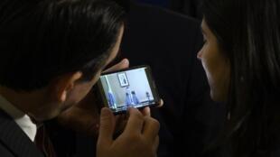 Des diplomates regardent la vidéo de Roberto Alvim à l'origine de sa démission, le 17 janvier à Washington.