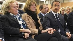 Former president Nicolas Sarkozy (R) with his wife Carla Bruni-Sarkozy (C) and former president Jacques Chirac's wife Bernadette (L) at his rally on Friday