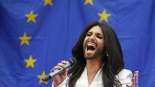 Conchita Wurst canta em frente ao Parlamento Europeu, em 8 de outubro de 2014.