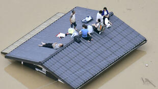 Japon, damnificados por las lluvias se han refugiado en los techos de sus casas