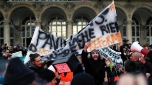 法國反退休改革大罷工26日進入第二十二天,圖為巴黎東站前的示威者。