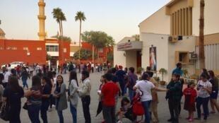 Filas se formaram ao redor da Catedral de São José, onde são distribuídos os ingressos para o acesso à missa do papa Francisco