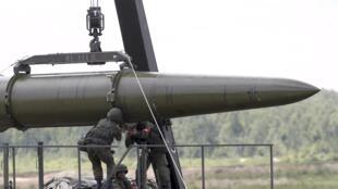Des soldats russes équipent un système de missile Iskander à Kubinka, en Russie (image d'archives).