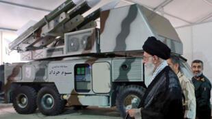 """آیتالله علی خامنهای از سامانه دفاع موشکی""""سوم خرداد"""" که برای ازبین بردن پهباد آمریکایی در روز ۳۰ خرداد/ ٢٠ ژوئن استفاده شد، دیدن میکند."""