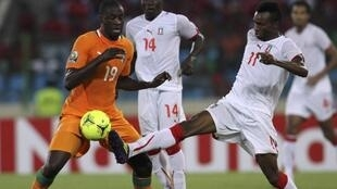 Yaya Touré (L) of Côte d'Ivoire fights for the ball with Javier Angel Balboa Osa (R) of Equatorial Guinea