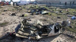 Mảnh vỡ xác chiếc máy bay Boeing 737-800 của hãng hàng không Ukraine Internationnal Airlines bị rơi tại Teheran ngày 08/01/2020.