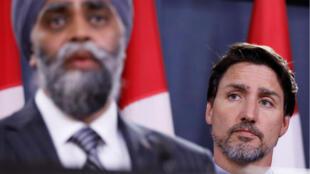 Le Premier ministre canadien Justin Trudeau (à droite), et le ministre de la Défense Harjit Sajjan, en conférence de presse, le 8 janvier 2020, après le crash d'un Boeing reliant Toronto et Téhéran, avec escale à Kiev.