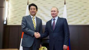 Les îles Kouriles sont une source de tension entre la Russie de Vladimir Poutine (à droite) et le Japon de Shinzo Abe (à gauche).