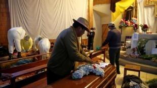 El Alto se prépare à enterrer ses morts le 20 novembre 2019, alors que la présidente par intérim annonce que le parlement aura à se prononcer sur un projet de loi organisant de nouvelles élections.