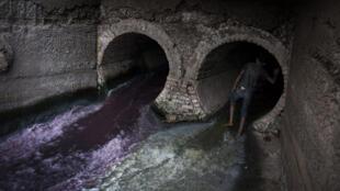 Au cœur de Dacca, un conduit d'égout décharge les eaux usées provenant de la vieille ville, tandis que l'autre déverse les déchets chimiques produits par une usine de peinture. Malgré l'odeur, un enfant des rues y pénètre pour sniffer de la colle.