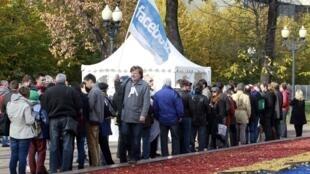Очередь перед избирательным участком на выборах в КС в Москве 20/10/2012