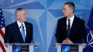 Secretário americano da defesa, Jim Mattis e secretário-geral da NATO, Jens Stoltenberg, em Bruxelas, a 15 de feveiro de 2017.