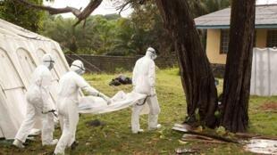 Equipe da Médicos remove o corpo de uma vítima do Ebola na Libéria.
