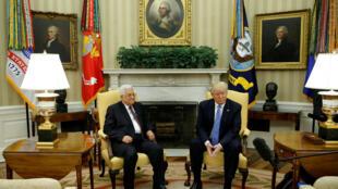 Trump recebe Abbas no Salão Oval da Casa Branca, em Washington.