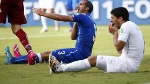 Suárez queixa-se dos dentes e Chiellini aponta para o ombro mordido no jogo entre Itália e Uruguai, realizado na Arena das Dunas em Natal.