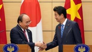 Thủ tướng Nhật Bản Shinzo Abe (P) họp báo với đồng nhiệm Việt Nam Nguyễn Xuân Phúc tại Tokyo. Ảnh ngày 09/10/2018.