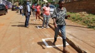 File d'attente pour obtenir des rations alimentaires à Nairobi, Kenya, le 2 avril 2020.