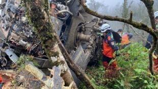 Đội cứu hộ đang tìm kiếm các nạn nhân sau khi chiếc trực thăng Black Hawk bị rơi trên vùng núi gần Đài Bắc ngày 02/01/2020.