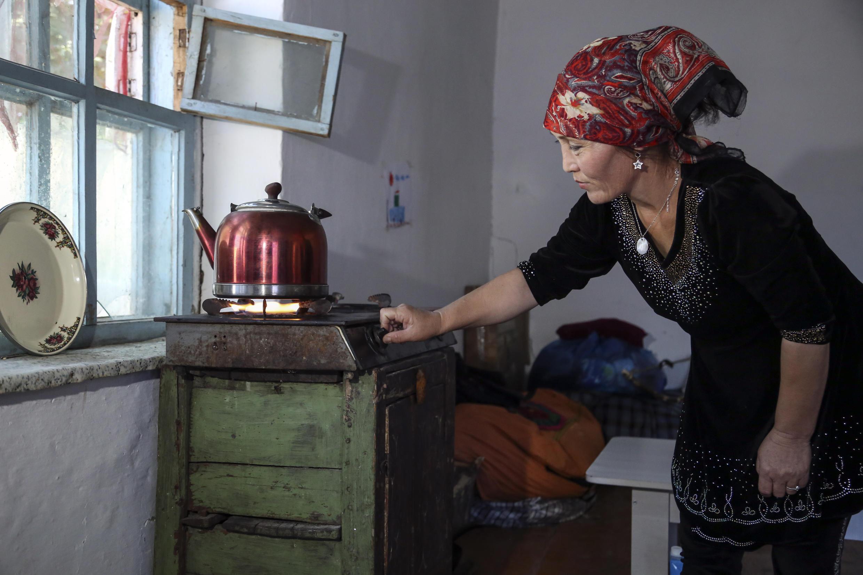 Gulnar Omirzakh prepara una tetera de té en su casa en Shonzhy, Kazajstán, el sábado 13 de junio de 2020. © AP / Mukhit Toktassyn