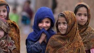تنها چند سالی است که در ایران به فرزندان پناهجویان افغان آن هم به آن دستهای که دارای مدارک قانونی اقامت هستند، اجازه داده شده است که در مدارس دولتی ثبت نام کنند.