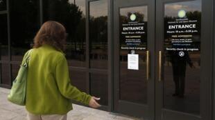 Visitantes de museus nacionais americanos encontraram as portas fechadas nesta terça.