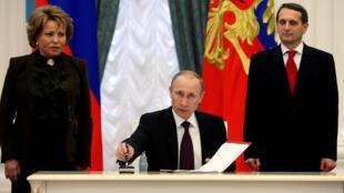 Ảnh minh họa: Tổng thống Vladimir Putin (G) ký văn kiện tại điện Kremlin, Matxcơva, ngày 21/03/2019