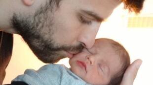 Gerard Piqué com seu filho recém nascido, Milan