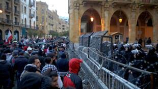 黎巴嫩憤怒的示威者在貝魯特議會前和警察對峙          2020年1月19日