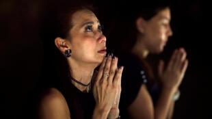 Une Thaïlandaise pleure la mort du roi, Bhumibol Adulyadej, le 18 octobre 2016 à Bangkok.