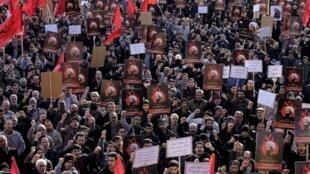 Sur la place Imam Hussein, à Téhéran, des chiites manifestent pour dénoncer l'exécution de cheikh Nimr Baqer al-Nimr par l'Arabie saoudite. Photo datée du 4 janvier 2016.