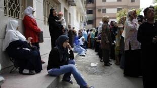 Os egípcios enfrentaram longas filas para votar antes do encerramento do primeiro turno.