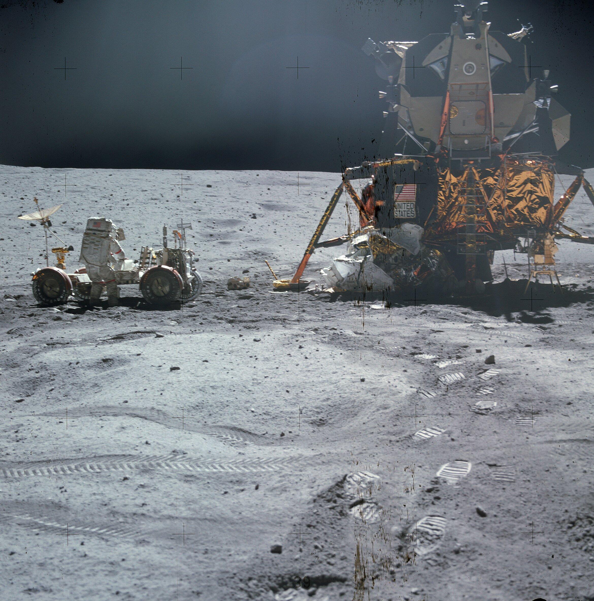 John W. Young de la mission Apollo 16 travaille sur le Rover lunaire à coté du module lunaire. Pour se déplacer plus facilement, un rover a été amené avec la mission Apollo 15.