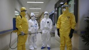 Защитные костюмы врачей при контакте с вирусом Эболы