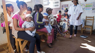 La malnutrition et la pauvreté dans les zones rurales sont des facteurs aggravants dans la propagation de l'épidémie de peste à Madagascar (cours  d'éducation nutritionnelle, Antsirabe, mai 2017).