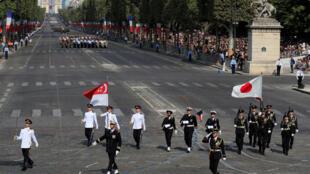 Đại diện quân đội Singapore và Nhật Bản, khách mời danh dự của Quốc Khánh Pháp, diễu hành trên đại lộ Champs-Elysée, Paris, ngày 14/07/2018.