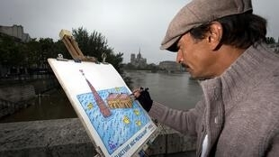 """El artista David manuel García pinta la Catedral de Notre Dame con patos que nadan alrededor y el lema de París: """"Es batida por las olas pero no hundida""""."""