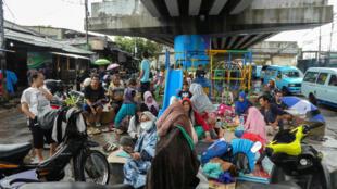 Des habitants de Jakarta essayent de se protéger des inondations qui ont tué au moins 21 personnes rien que dans la mégalopole.