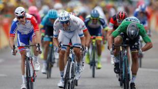Peter Sagan (d) devance Alexander Kristoff (c) et Arnaud Demare (g) dans la 13e étape du Tour de France à Valence, le 20 juillet 2018.