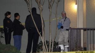 Policiais se posicionam na frente da residência onde um homem matou seis pessoas da sua família e se suicidou perto de Dallas, neste domingo.