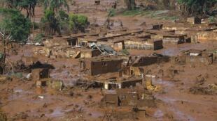 Le village brésilien de Bento Rodrigues entièrement recouvert de boue, le 6 novembre 2015.