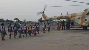 82 школьницы, захваченные боевиками «Боко Харам», возвращаются из плена.